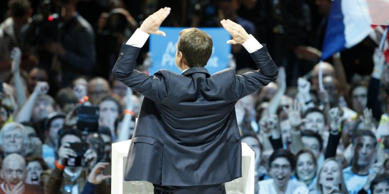 Macron de dos